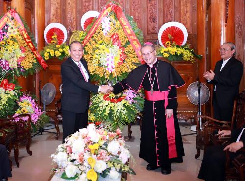 Phó thủ tướng Trương Hoà Bình thăm và tặng hoa chúc mừng Giáng sinh đến Đức Tổng Giám mục Nguyễn Chí Linh sáng 23/12. Ảnh: Nguyễn Đông.