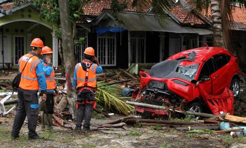 Các nhân viên cứu hộ tìm kiếm nạn nhân ở Pandeglang hôm 23/12 sau trận sóng thần. Ảnh: AFP.