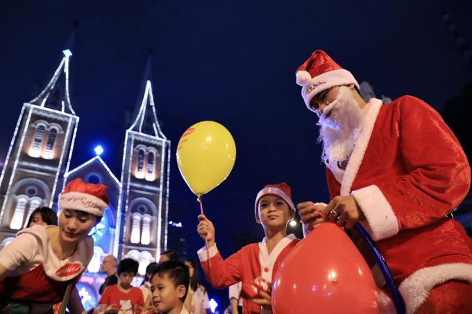 Người dân Hà Nội, Sài Gòn đổ về trung tâm đón Giáng sinh
