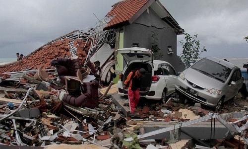 Nhà cửa đổ nát sau thảm họa sóng thần ở Indonesia. Ảnh: AP.