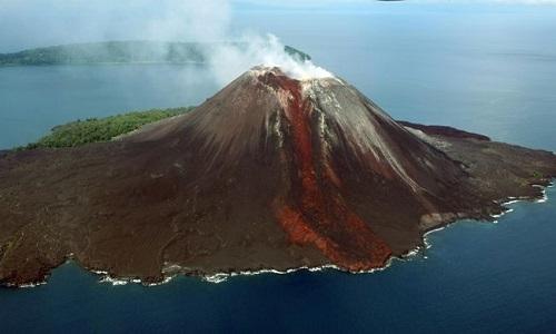 Núi lửa Anak Krakatau bắt đầu phun trào từ tháng 6 năm nay. Ảnh: Tempo.