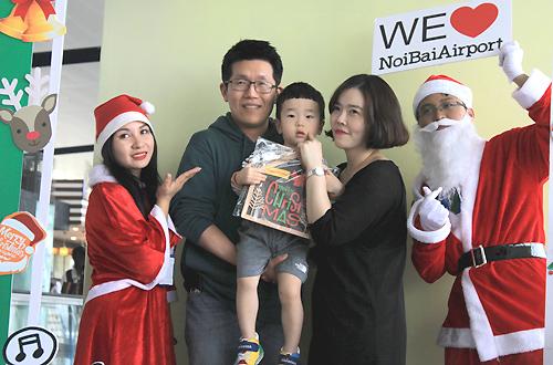 Hành khách được nhận quà và chụp ảnh với ông già Noel tại sân bay Nội Bài. Ảnh: Anh Duy.