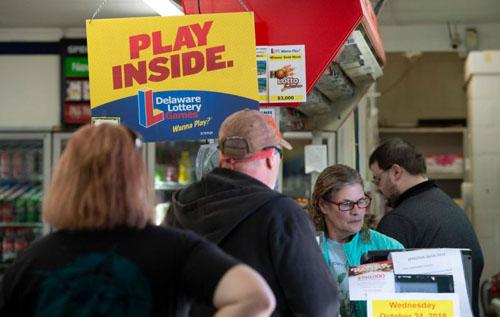 Người dân xếp hàng mua xổ số ở hạt Susex, bang Delaware, Mỹ hồi tháng 10. Ảnh: USD Today.