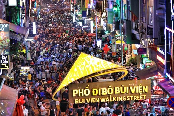 Biển người ở phố Tây Sài Gòn đêm Giáng sinh