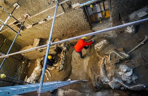 Các chuyên gia khai quật biệt thự cổ ở Pompeii. Ảnh: Cesare Abbate/AP.