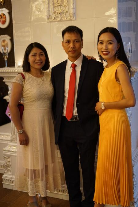 Ola và bố mẹ. Ảnh: NVCC.