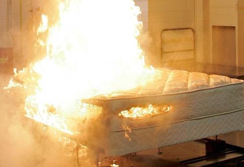 Người đàn bà Australia đốt giường khi bị bạn trai làm mất giấc ngủ
