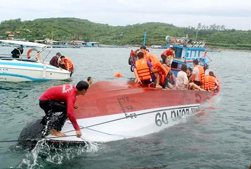 Ca nô chở đoàn khách Trung Quốc tham quan vịnh Nha Trang lật úp trên biển, chiều 26/12. Ảnh: Thuỷ Nguyễn.