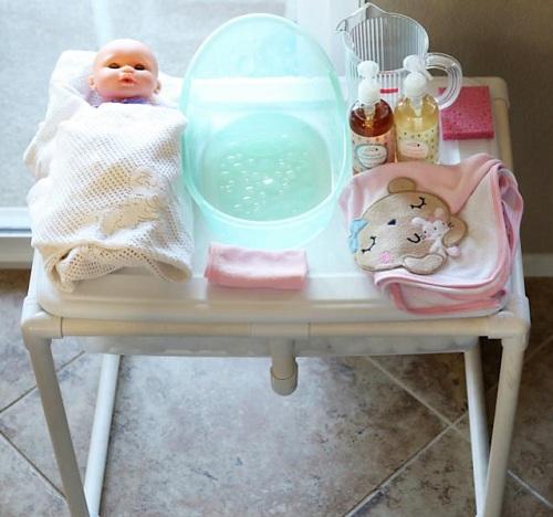 Trong lớp Montessori, trẻ thường thực hành chăm sóc em bé. Ảnh: Living Montessori Now