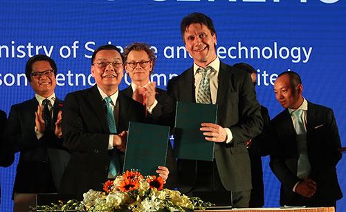 Bộ trưởng Chu Ngọc Anh (trái) và ông Denis Brunetti (công ty Ericsson) ký kết ghi nhớ. Ảnh: MH.