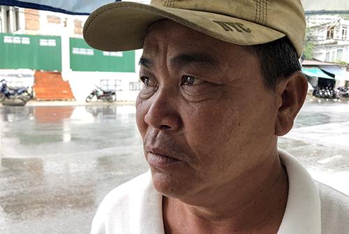Ông Nguyễn Tèo Anh kể lại giây phút cứu người gặp nạn trên biển. Ảnh: Xuân Ngọc