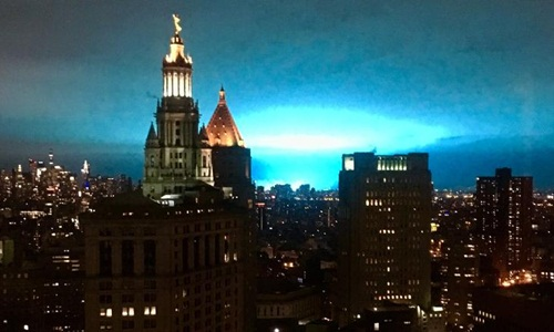 Ánh sáng xanh trên bầu trời New York sau sự cố nổ trạm biến thế. Ảnh: CNN.