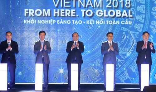 Thủ tướng Nguyễn Xuân Phúc và các đại biểu nhấn nút khai mạc Ngày hội Khởi nghiệp đổi mới sáng tạo quốc gia2018.Ảnh: Thống Nhất.