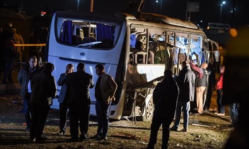 Hiện trường vụ đánh bom xe chở du khách ngày 28/12. Ảnh: AFP.