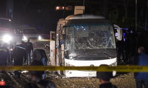 Chiếc xe buýt chở du khách Việt bị phá hủy trong vụ đánh bom. Ảnh: AFP.