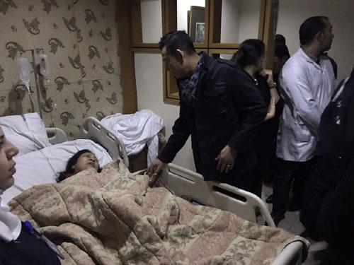 Đại sứ Việt Nam tại Ai Cập (áo đen)thăm hỏi một nạn nhân bị thương trong vụ đánh bom. Ảnh: BNG.