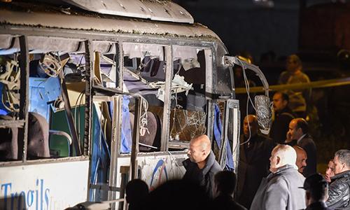 Hiện trường vụ đánh bom vào xe chở du khách Việt Nam tại phố Mariyutiya ở quận Al-Haram, Giza, Ai Cập. Ảnh: AFP.