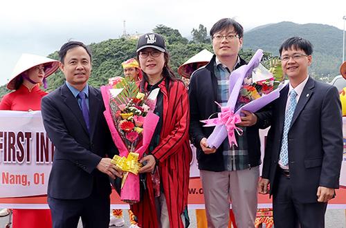 Ông Nguyễn Xuân Bình - Phó Giám đốc Sở Du lịch Đà Nẵng tặng hoa cho khách tàu biển xông đất Đà Nẵng. Ảnh: V.Đ.