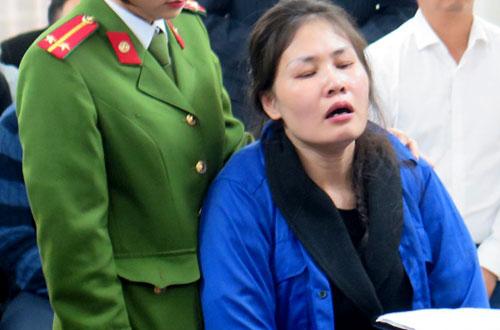 Nữ cảnh sát dẫn giải phải liên tục động viên bà Mai giữ bình tĩnh.