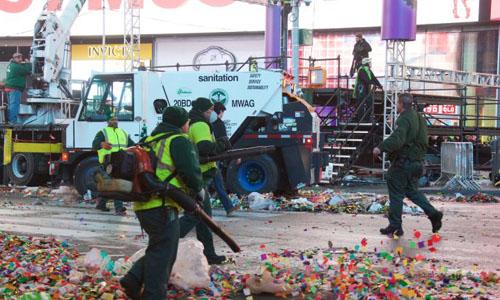 Nhân viên sở vệ sinh môi trường New York dọn rác sau lễ đón giao thừa trên Quảng trường Thời đại. Ảnh: AM New York Post.
