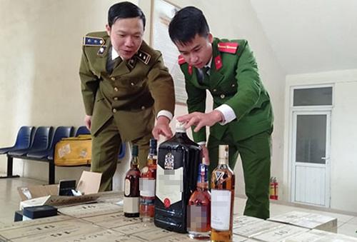 Xe tải chở lô rượu nhập lậu gần một tỷ đồng bị phát hiện