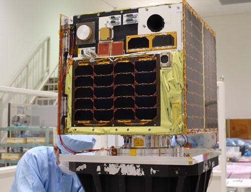 Vệ tinh MicroDragon trên bàn thử nghiệm rung lần cuối cùng trước khi phóng. Ảnh: VNSC.