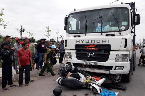 Xe container gây tai nạn. Ảnh: Hoàng Nam.
