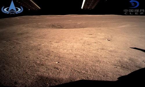 Bức ảnh đầu tiên chụp bề mặt phần tối của Mặt Trăng do tàu Hằng Nga 4 gửi về. Ảnh: CCTV.