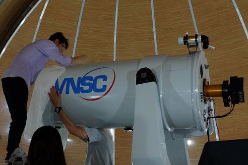 Kính thiên văn đang được cân chỉnh trước ngày vận hành. Ảnh: Phạm Việt Dũng.