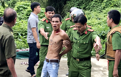 Cảnh sát khống chế kẻ ngáo đá ôm bình gas cố thủ nhiều giờ ở Nha Trang. Ảnh: Xuân Ngọc