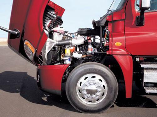 Động cơ xe đầu kéo nặng và có sức kéo lớn.