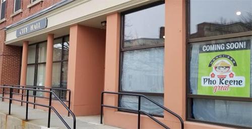 Nhà hàng  Phở Keene Great treo biển thông báo sắp mở cửa ở tòa nhà cạnh tòa thị chính thành phố Keene, bang Hampshire, Mỹ. Ảnh: Facebook