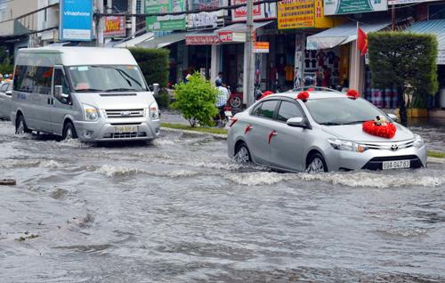 Đến chiều 4/1, nhiều tuyến đường ở TP Cà Mau còn ngập sâu. Ảnh: Hoàng Hạnh.