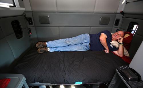 Cabin xe đầu kéo có khu vực nghỉ ngơi cho tài xế.