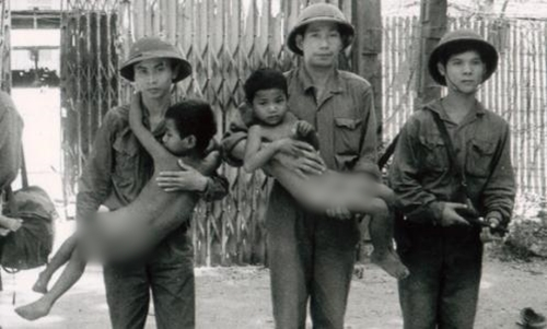 Norng Chan Phal (trái) cùng với quân tình nguyện Việt Nam tại Campuchia tháng 1/1979. Ảnh: Trung tâm Tài liệu Campuchia.