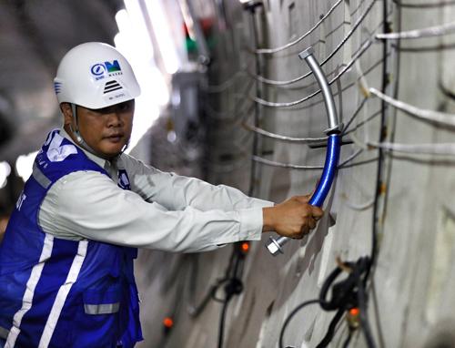 Các kỹ sư thi công Metro 1 tại khu vực trung tâm Sài Gòn. Ảnh: Hữu Khoa.
