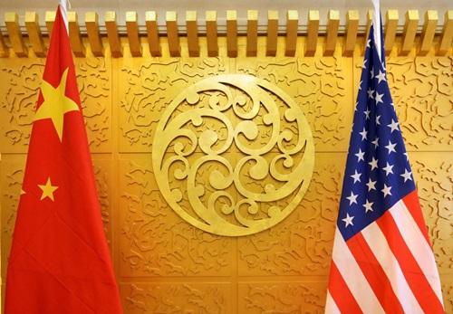 Quốc kỳ Mỹ (phải) và Trung Quốc được treo tại Bộ Giao thông Vận tải Trung Quốc ở Bắc Kinh trong chuyến thăm của Bộ trưởng Giao thông Mỹ Elaine Chao tháng 4/2018. Ảnh: Reuters.