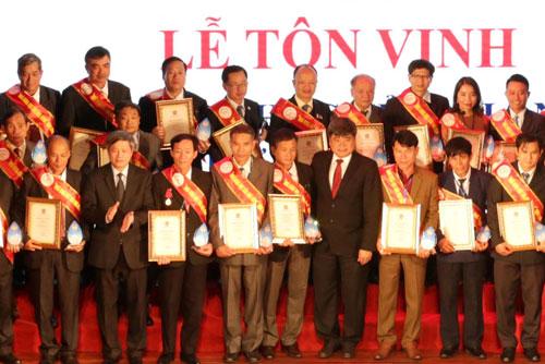Ông Hoàn (thứ tư từ trái qua, hàng đầu) trong lễ tôn vinh Nhà khoa học của Nhà nông. Ảnh: Anh Tuấn.