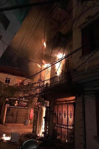 Ngôi nhà bốn tầng cháy rực lúc rạng sáng. Ảnh: Phạm Quyên