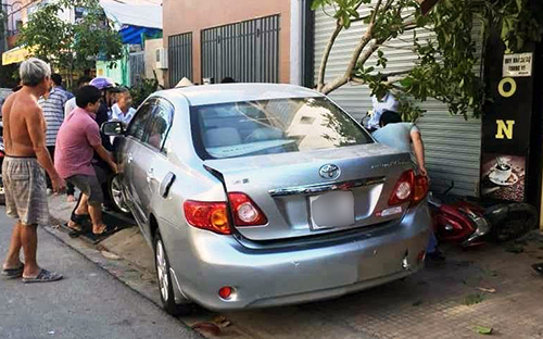Người phụ nữ ở Sài Gòn lùi ôtô, cuốn 4 xe máy vào gầm