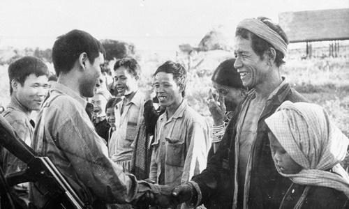 Người dân ởRatanakiri chào đón quân tình nguyện Việt Nam và lực lượng vũ trang cách mạng Campuchia. Ảnh: VNA.