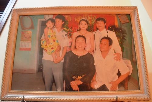 Ông Thắng và vợ lần đầu chụp ảnh chung sau 30 năm, trong lễ cưới của con trai. Ảnh: Phạm Linh.