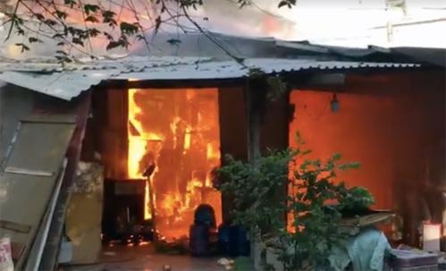 Lửa cháy rực trong khu trọ ven Sài Gòn. Ảnh: Cắt từ clip.