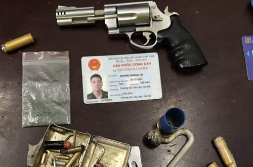 Thanh niên tàng trữ súng lộ diện vì không đội mũ bảo hiểm