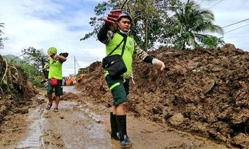 Đội cứu hộ mang xẻng và cuốc đào qua lớp đất đá sạt lở tìm kiếm nạn nhân ở  Camarines Sur, trung tâm Bicol hôm 1/1. Ảnh: ABS.