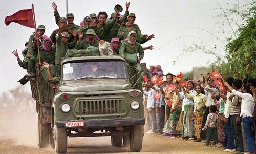 Quân tình nguyện Việt Nam thực hiện nghĩa vụ quốc tế ở Campuchia trước khi rút về nước năm 1989. Ảnh: Jeff Widener