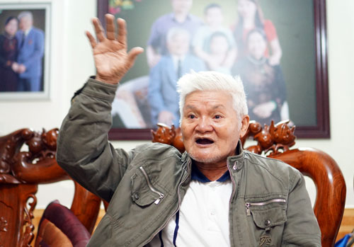 Đại tá Ngô Đức Tấn kể lại những ngày chiến đấu trên chiến trường Campuchia. Ảnh: Phạm Linh.