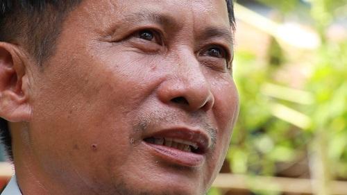 Ông Nghiệp xúc động nhớ lại vụ 11 người trong gia đình bị Pol Pot sát hại. Ảnh: Hoàng Nam