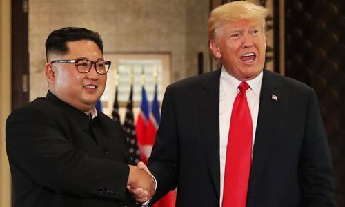 Tổng thống Mỹ Donald Trump (phải) và lãnh đạo Triều Tiên Kim Jong-un tại hội nghị thượng đỉnh ở Singapore hồi tháng 6 năm ngoái. Ảnh: Reuters.