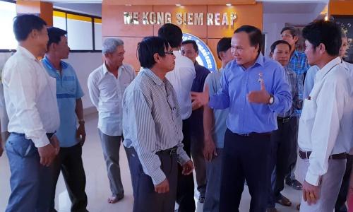 Ông Thái Bá Y, áo xanh, thứ hai từ phải qua, trong cuộc gặp gỡ các cựu chiến binh Việt Nam tại Siem Reap hôm 3/1. Ảnh: NVCC.